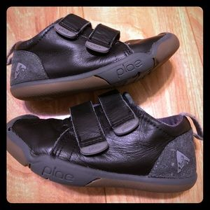 Black plae shoes
